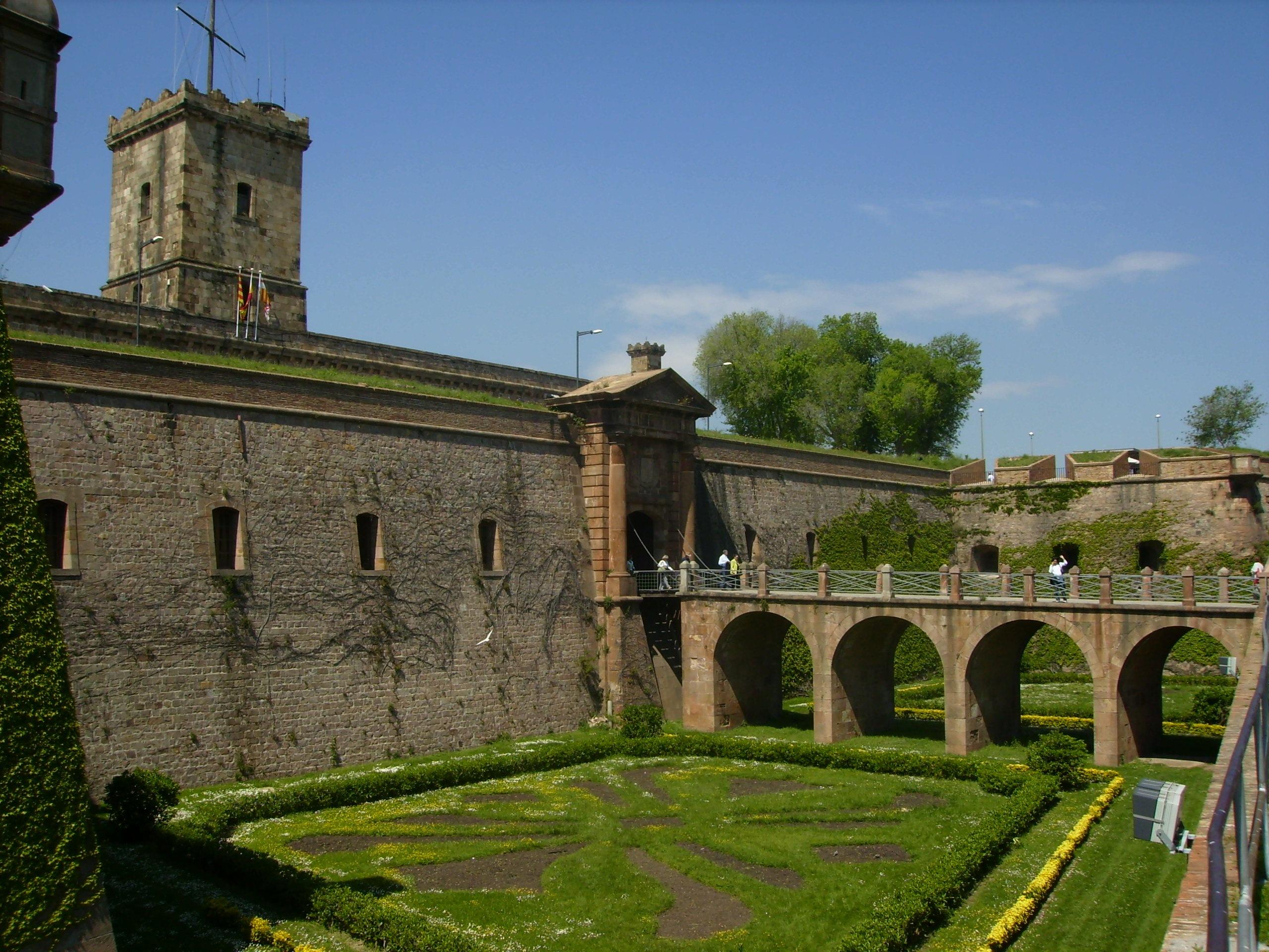 Castell_de_Montjuic_-_Fossat_entrada_-_Barcelona_(Catalonia)
