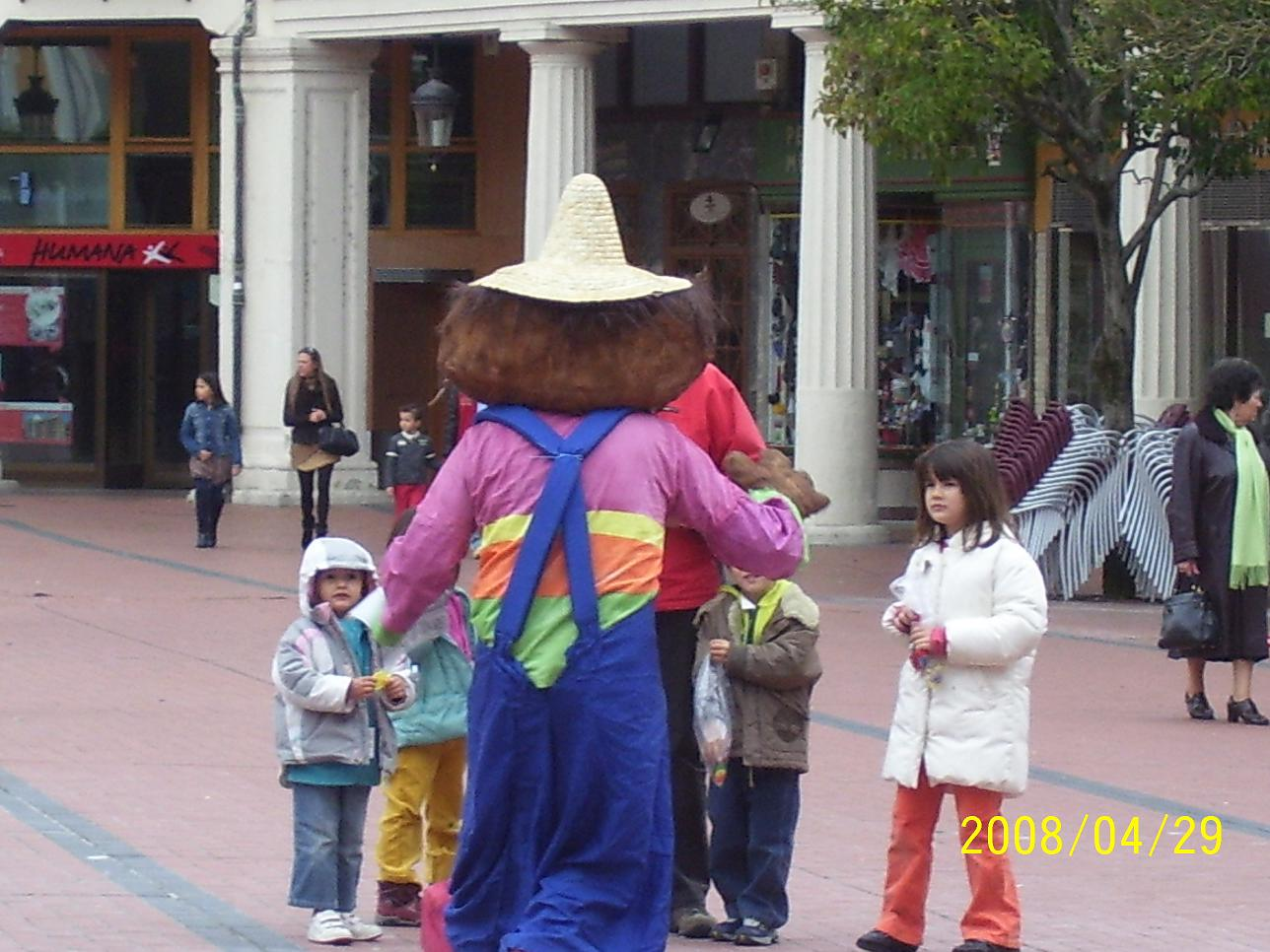 Don Pimpón saluda a unos niños