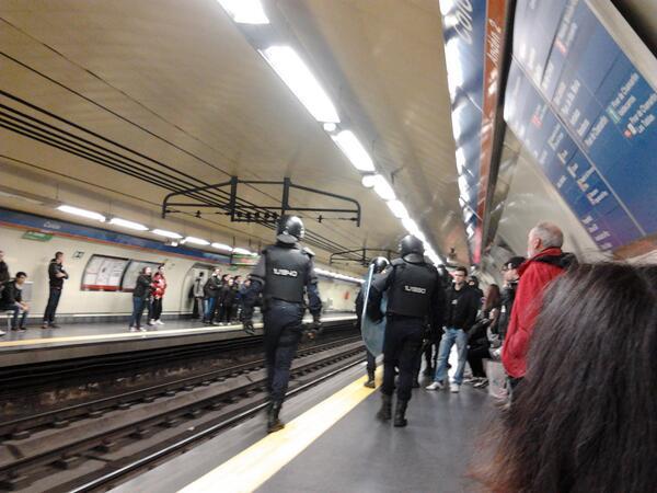 Policia en metro Madrid